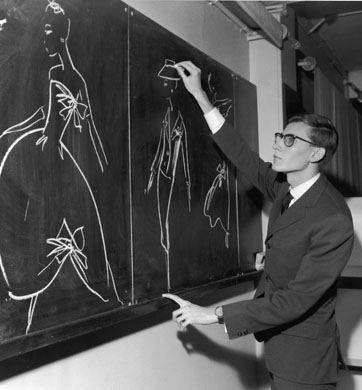 Yves Saint-Laurent dessinant